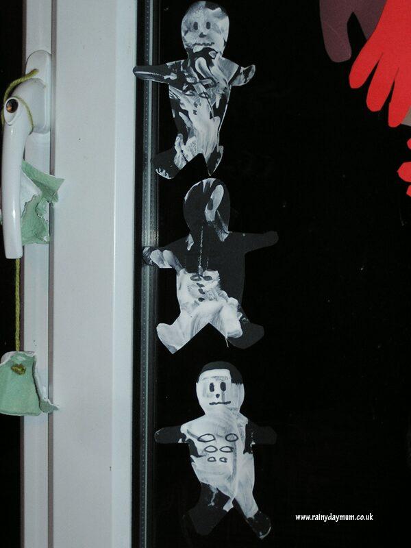 Toddler craft to make Halloween Skeletons