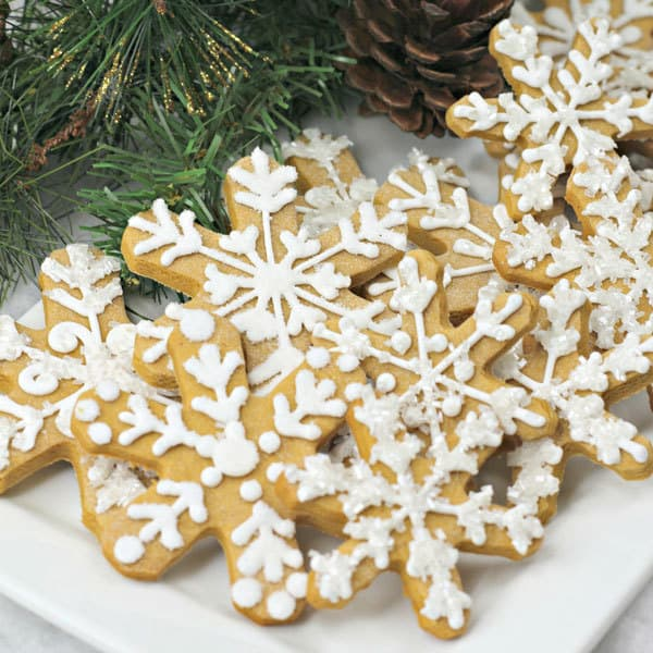 Simple recipe to make gingerbread snowflake cookies perfect to cook with kids and make edible gifts for friends and family this holiday season.