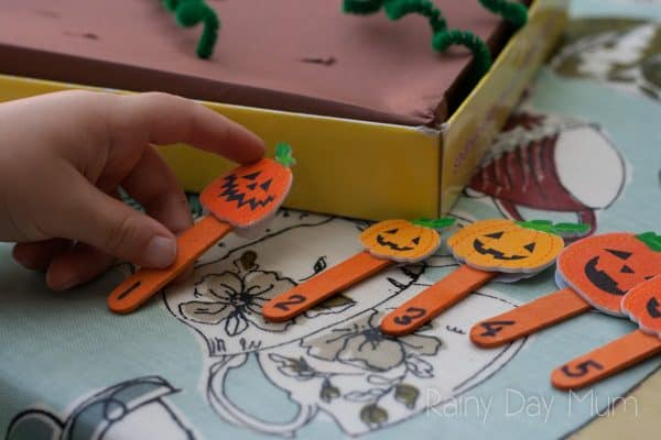 ordering pumpkins in a pumpkin picking game for preschoolers from 1 to 10
