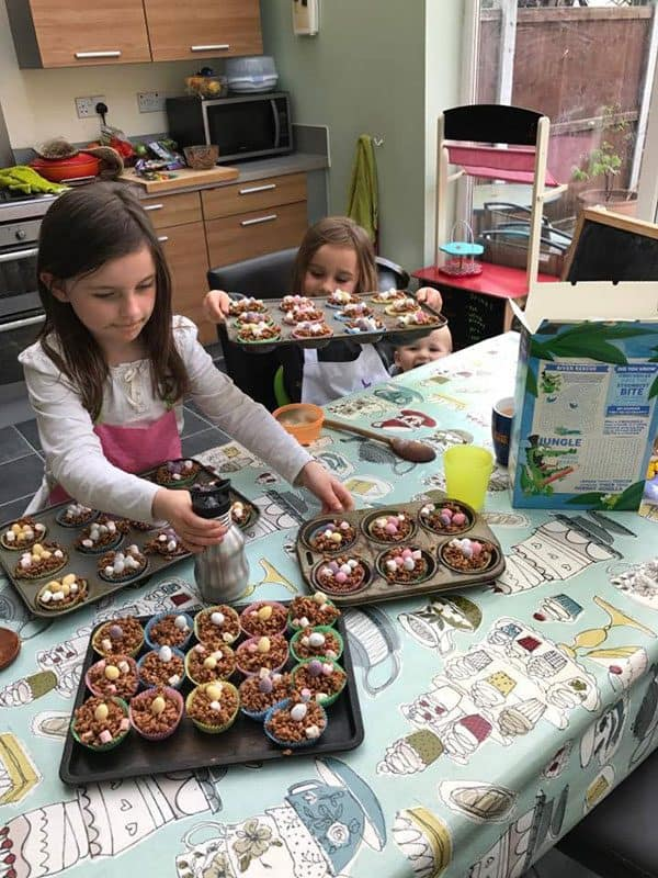 Simple no-bake recipe for spring chocolate nests to cook with kids. An ideal recipe to make with children from toddlers up and a delicious snack to enjoy