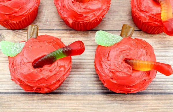 worm in apple cupcakes to decorate with step by step guide