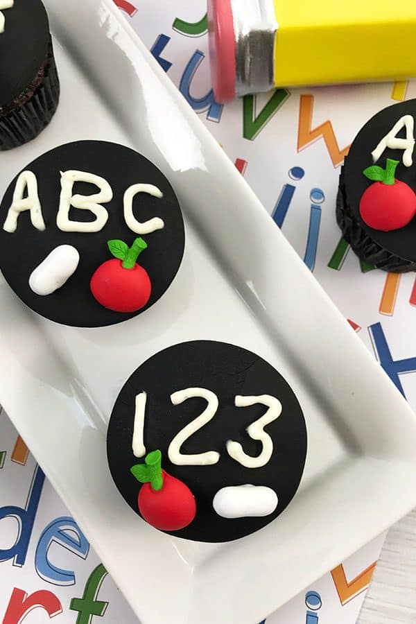 Easy to make and decorate chalkboard cupcakes step by step instructions and recipe. Perfect for teacher gifts and back to school parties.