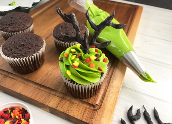 Simple step by step guide to make halloween cupcakes decorated with haunted trees for kids