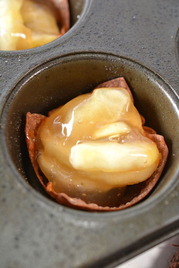 filling bake wonton wrapped with apple pie filling to create simple bite-sized desserts for parties and families