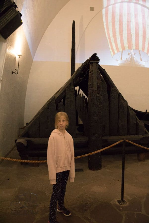 child infront of the burial chamber in the viking ship museum in Oslo